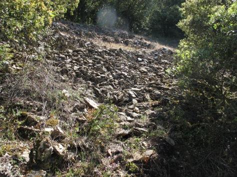 Los restos del muro que protegía el poblado quedan a nuestra izquierda.