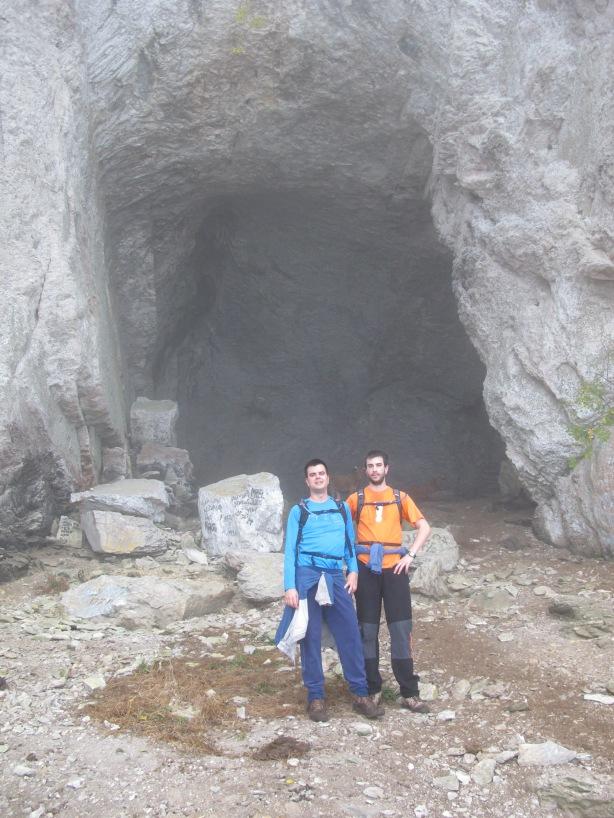 Los hermanos Fuertes en la cueva de Santa Cecilia.