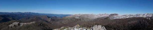 Observamos Aizkorri y gran parte de Aralar desde la cima.